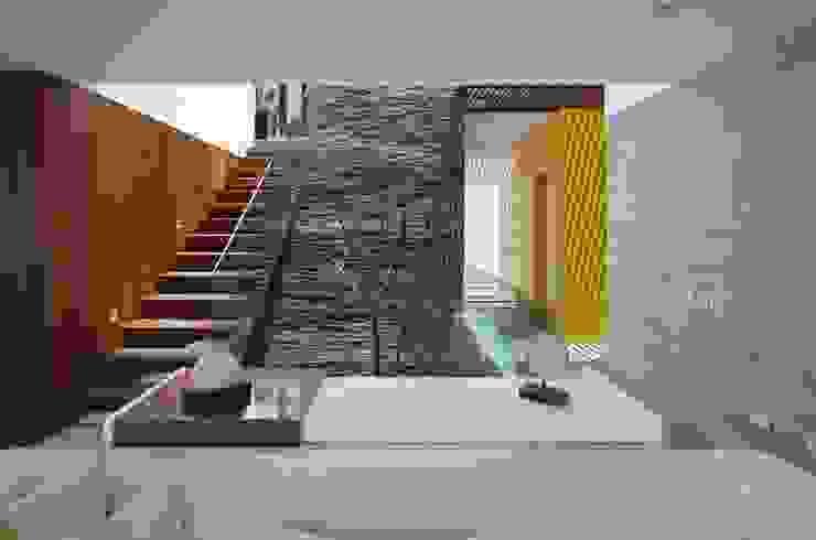 Casa P12 Moderne gangen, hallen & trappenhuizen van Martin Dulanto Modern