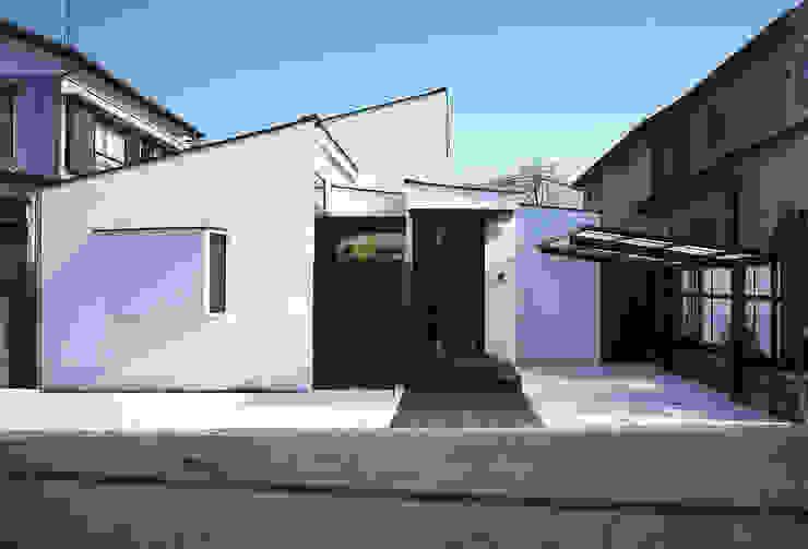 フラットハウス 現代房屋設計點子、靈感 & 圖片 根據 株式会社横山浩介建築設計事務所 現代風