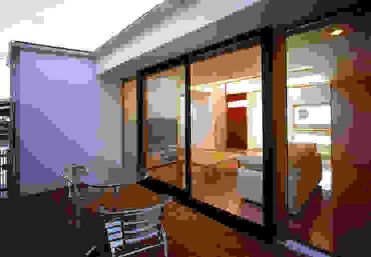 フラットハウス Modern Balkon, Veranda & Teras 株式会社横山浩介建築設計事務所 Modern