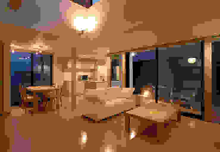 Living room by 株式会社横山浩介建築設計事務所, Modern