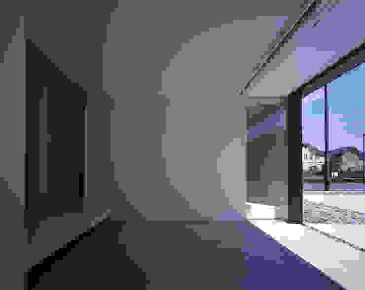 Pasillos, vestíbulos y escaleras de estilo minimalista de SHSTT Minimalista Vidrio