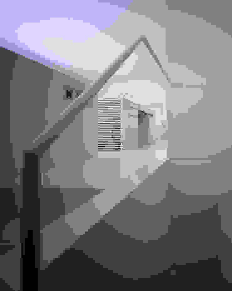 Pasillos, vestíbulos y escaleras de estilo minimalista de SHSTT Minimalista Hierro/Acero