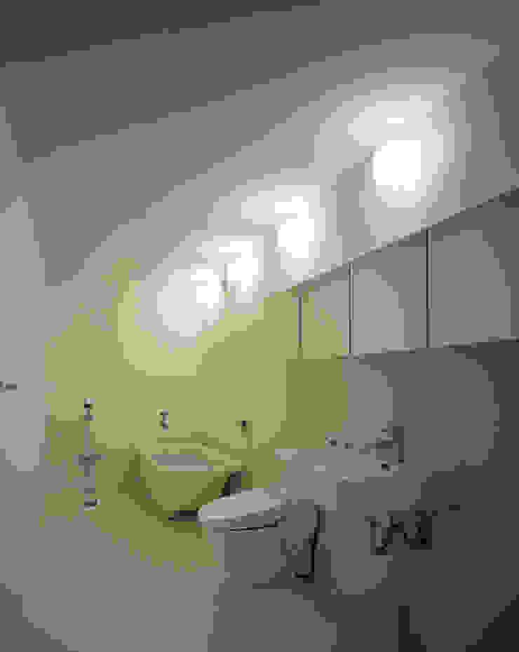Baños de estilo minimalista de SHSTT Minimalista Madera Acabado en madera