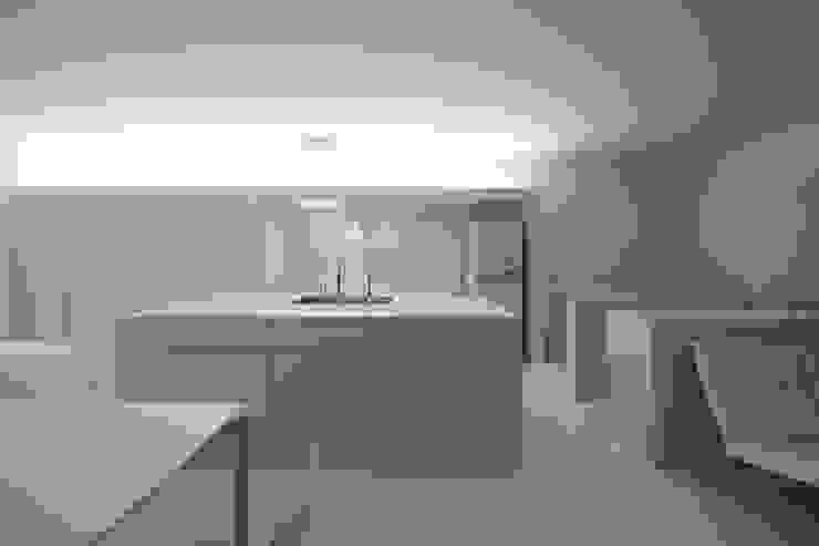 印旛のスタジオ ミニマルデザインの キッチン の SHSTT ミニマル 木 木目調