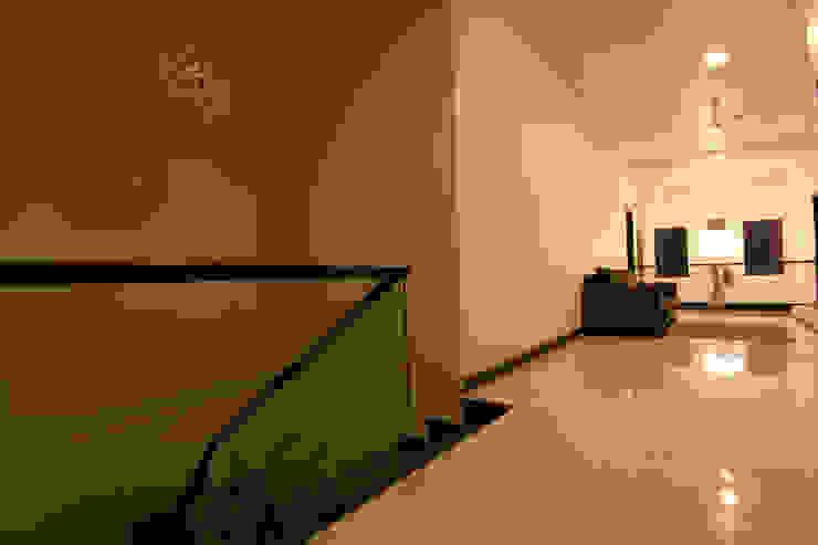 Hazel Penthouse Minimalist corridor, hallway & stairs by Kamat & Rozario Architecture Minimalist