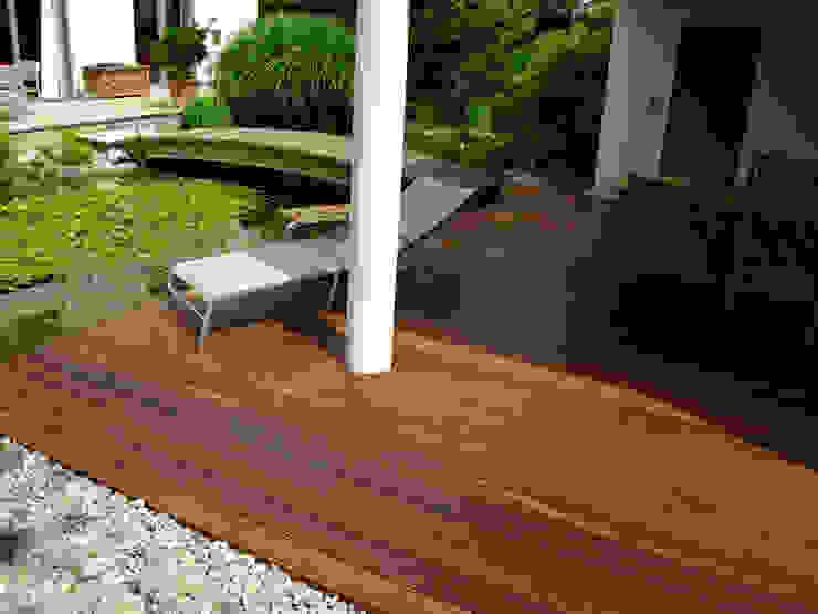 Kahrs GmbH Balkon, Beranda & Teras Gaya Rustic Brown