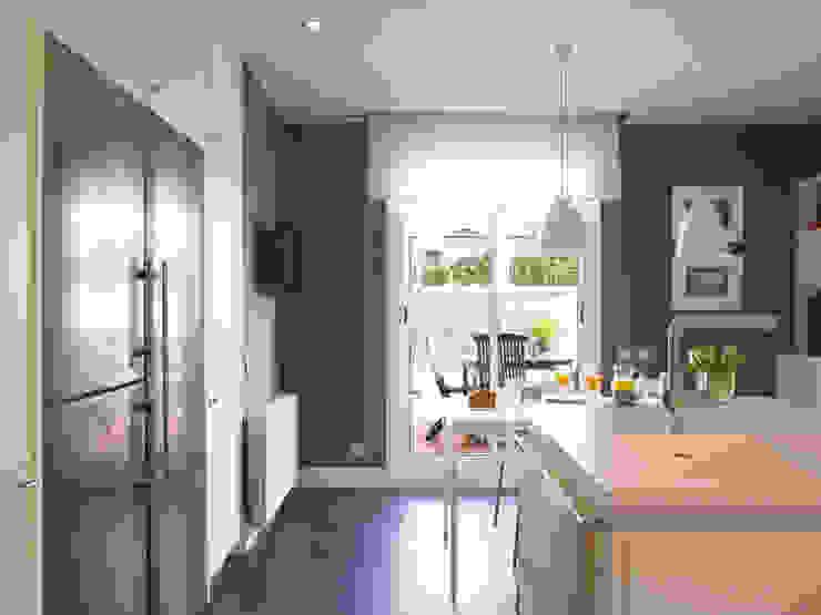 Conexión visual con la terraza DEULONDER arquitectura domestica Cocinas de estilo moderno Blanco
