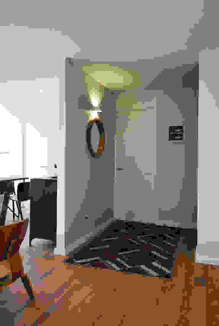 ESTUDIO BASE ARQUITECTOS Modern corridor, hallway & stairs