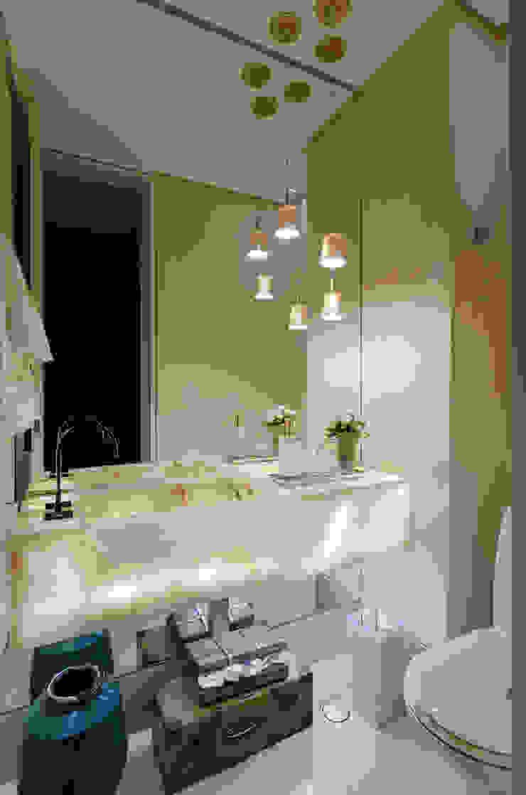 Emmanuelle Eduardo Arquitetura e Interiores 浴室 大理石 Amber/Gold