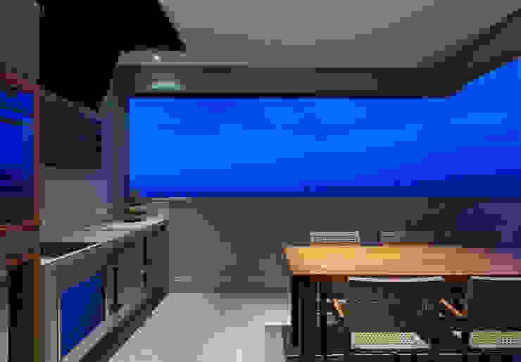Varanda Varandas, alpendres e terraços modernos por Emmanuelle Eduardo Arquitetura e Interiores Moderno