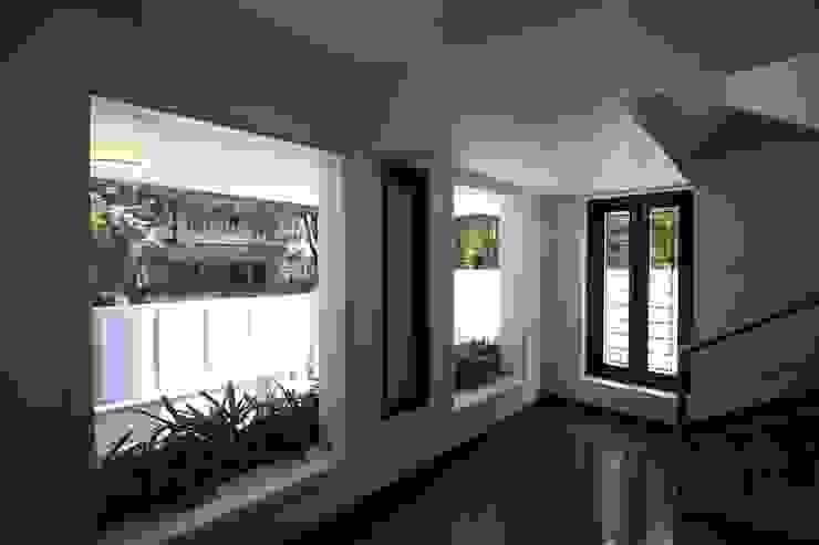 Lobby Modern balcony, veranda & terrace by Ansari Architects Modern