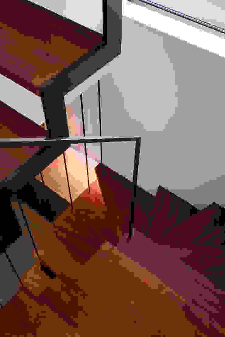 Corredores, halls e escadas modernos por 設計事務所アーキプレイス Moderno