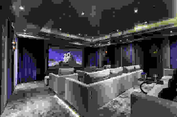 Bespoke Home Cinema Mille Couleurs London Salas de entretenimiento de estilo moderno Plata/Oro Azul