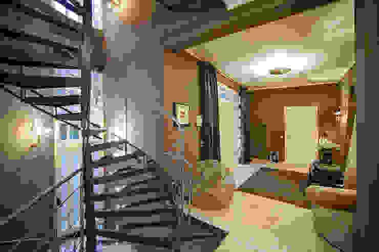 Pasillos, vestíbulos y escaleras de estilo moderno de Gerhard Blank Fotografie für Immobilien & Architektur Moderno
