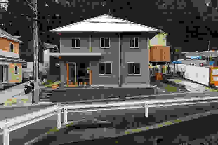 4-Column House Casas de estilo minimalista de 大松俊紀アトリエ Minimalista Madera Acabado en madera