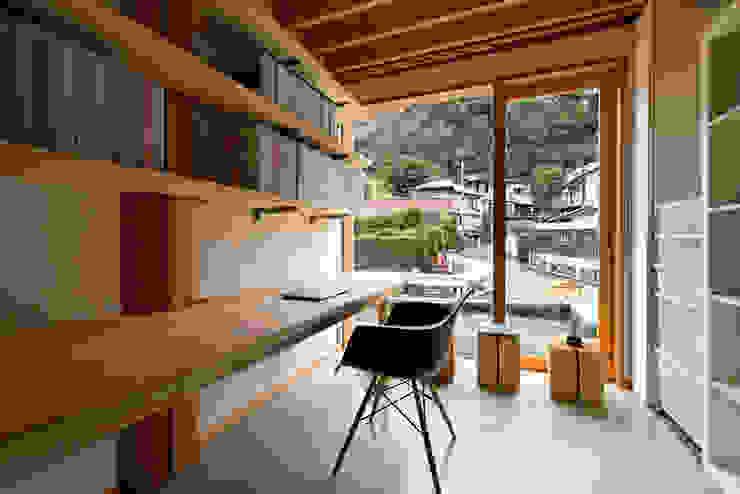 4-Column House Ruang Studi/Kantor Minimalis Oleh 大松俊紀アトリエ Minimalis Kayu Wood effect