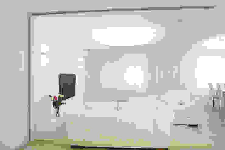 Minimalistyczny salon od nadine buslaeva interior design Minimalistyczny