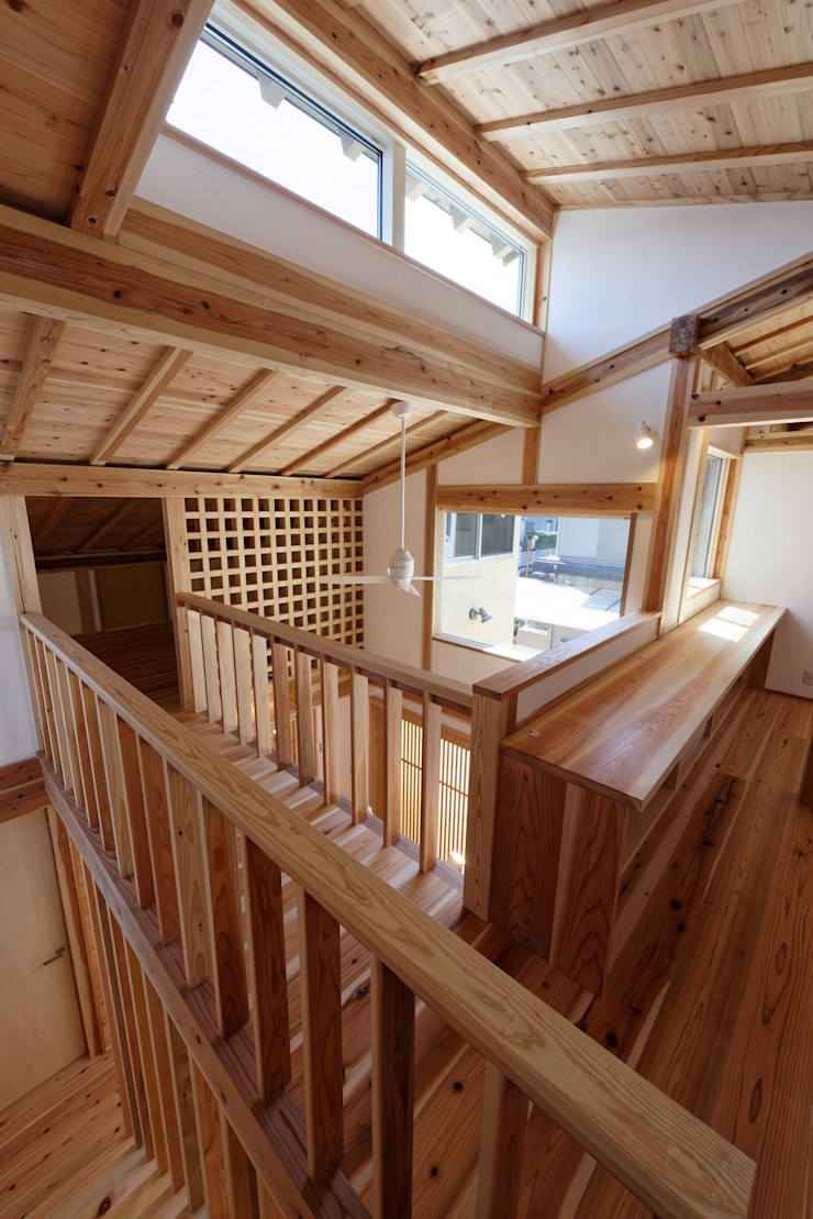 流山中庭を囲む家 Couloir, entrée, escaliers modernes par 高野三上アーキテクツ一級建築設計事務所 TM Architects Moderne
