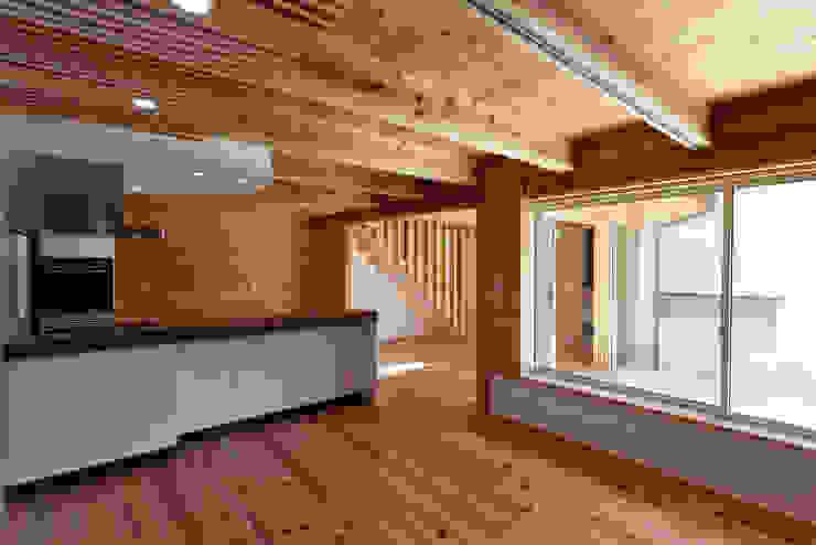 流山中庭を囲む家 Chambre moderne par 高野三上アーキテクツ一級建築設計事務所 TM Architects Moderne