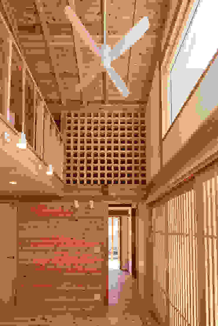 流山中庭を囲む家 Murs & Sols modernes par 高野三上アーキテクツ一級建築設計事務所 TM Architects Moderne