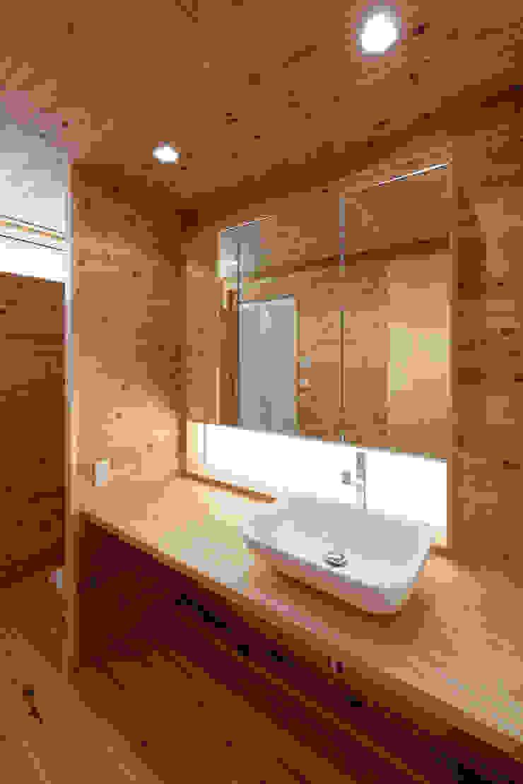 流山中庭を囲む家 Salle de bain moderne par 高野三上アーキテクツ一級建築設計事務所 TM Architects Moderne