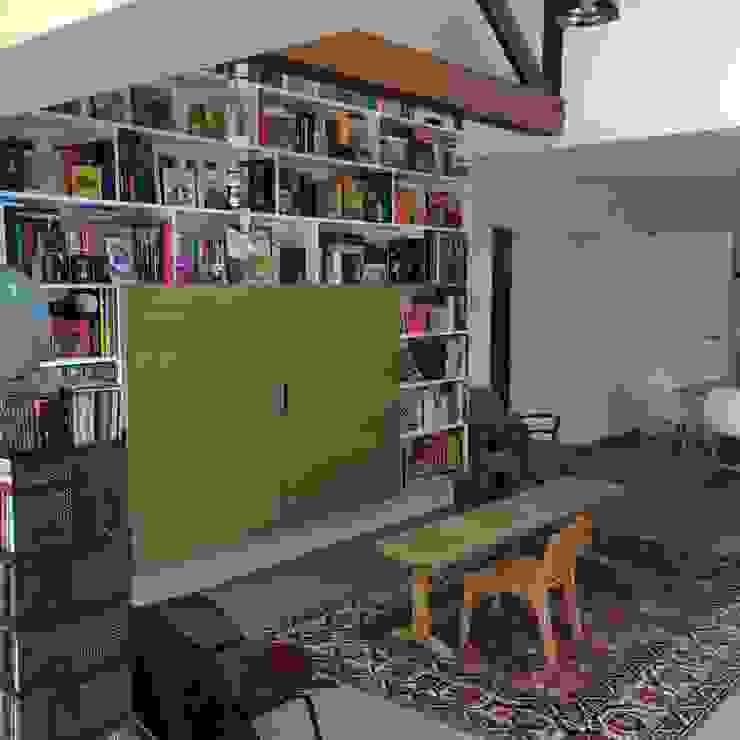 Bibliothèque sur mesure Salon moderne par homify Moderne Bois Effet bois