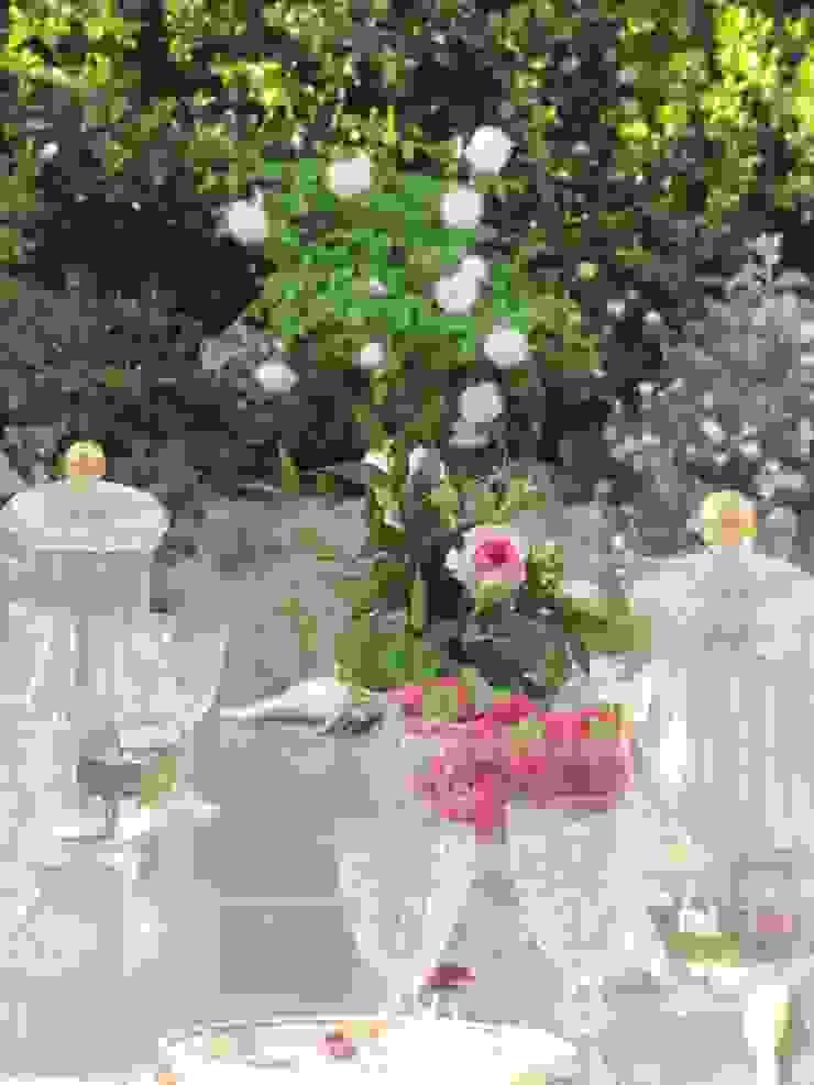 Colazione in terrazza Balcone, Veranda & Terrazza in stile classico di MASSIMO SEMOLA PROGETTAZIONE GIARDINI MILANO Classico