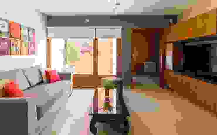 Modern style media rooms by KARLEN + CLEMENTE ARQUITECTOS Modern Ceramic