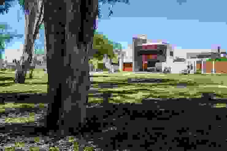 Modern houses by KARLEN + CLEMENTE ARQUITECTOS Modern Metal