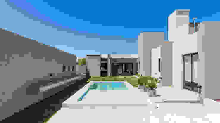 CASA B532 Piletas modernas: Ideas, imágenes y decoración de KARLEN + CLEMENTE ARQUITECTOS Moderno Granito