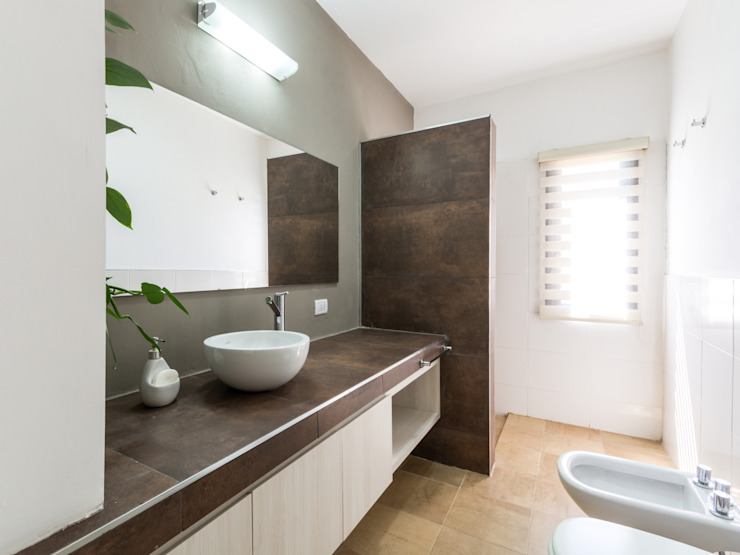 Bagno moderno di KARLEN + CLEMENTE ARQUITECTOS Moderno Piastrelle