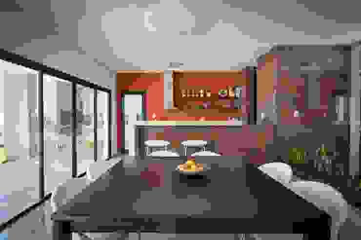 Comedores de estilo moderno de KARLEN + CLEMENTE ARQUITECTOS Moderno Derivados de madera Transparente