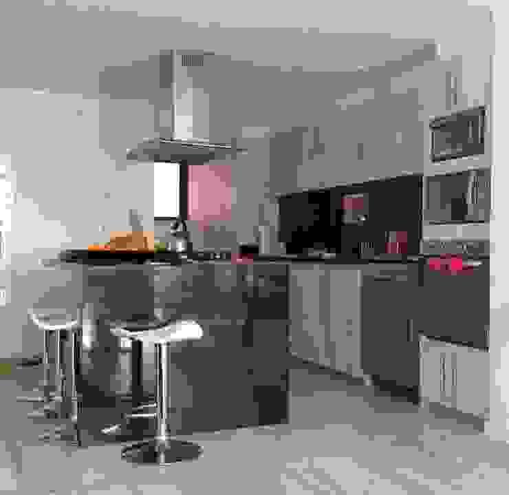 PROYECTO MOBILIARIO HOGAR – APARTAMENTO Cocinas modernas de La Carpinteria - Mobiliario Comercial Moderno