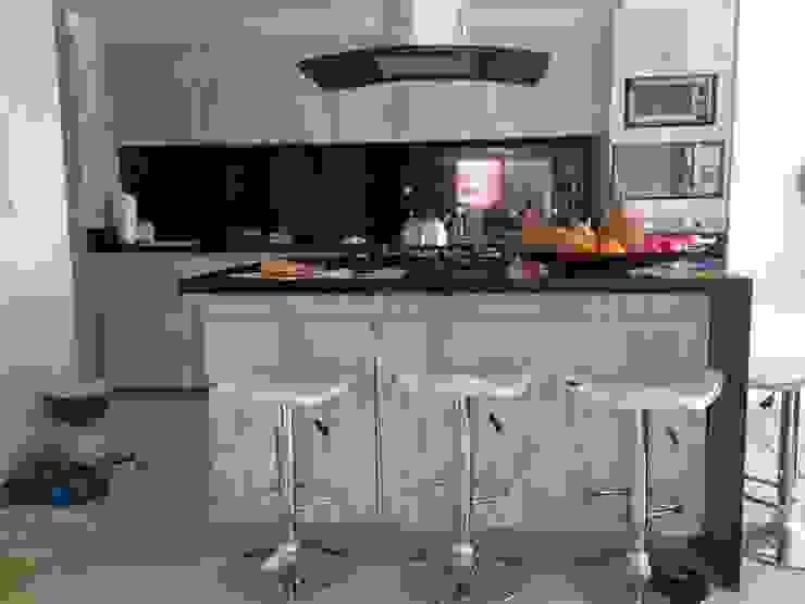 PROYECTO MOBILIARIO HOGAR - APARTAMENTO Cocinas modernas de La Carpinteria - Mobiliario Comercial Moderno