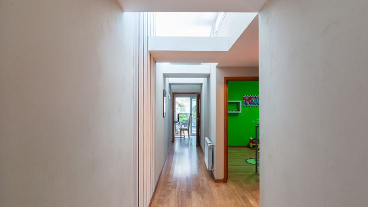Modern Corridor, Hallway and Staircase by KARLEN + CLEMENTE ARQUITECTOS Modern Wood Wood effect