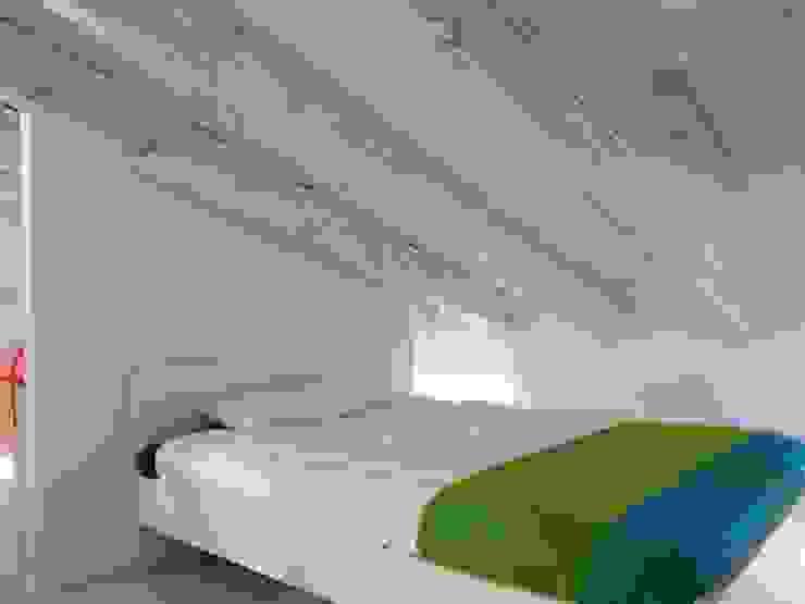 Reforma integral de buhardilla en Embajadores Dormitorios de estilo escandinavo de Reformmia Escandinavo Madera Acabado en madera