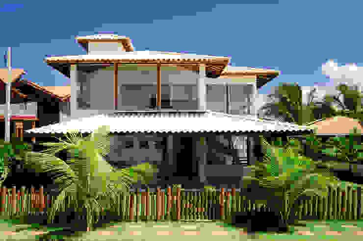Casas de estilo tropical de CHASTINET ARQUITETURA URBANISMO ENGENHARIA LTDA Tropical Madera Acabado en madera