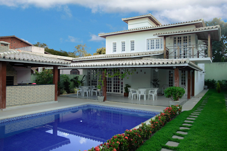 Tropical style houses by CHASTINET ARQUITETURA URBANISMO ENGENHARIA LTDA Tropical Bricks