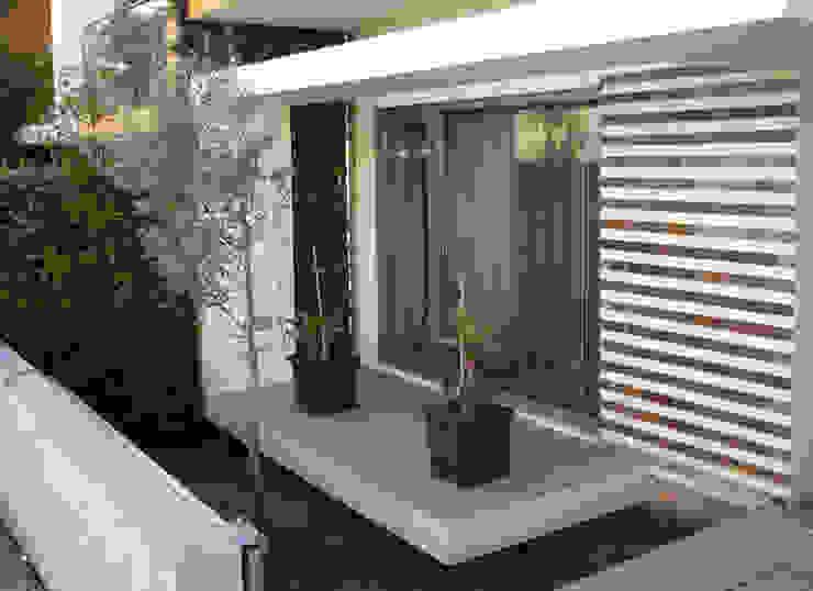 Varanda com jardim Jardins modernos por Construções Couto Monteiro Moderno