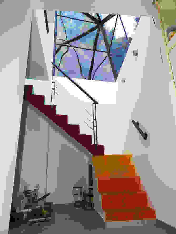 Koridor & Tangga Modern Oleh Erb Santiago Modern