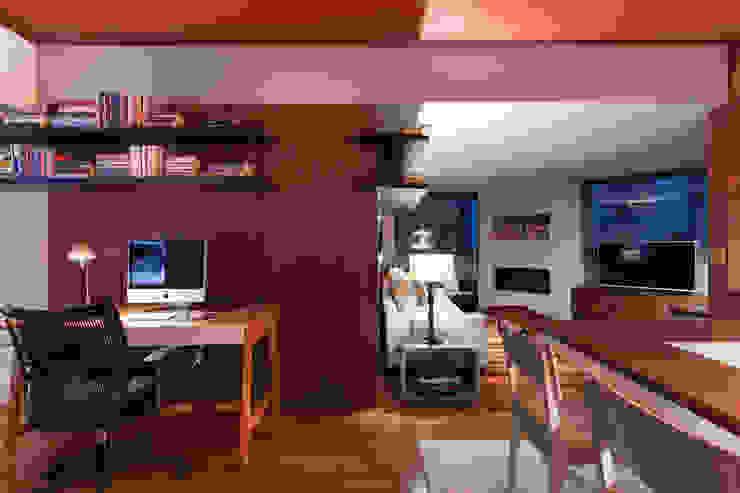 Apartamento Vermelho Salas multimídia modernas por Johnny Thomsen Arquitetura e Design Moderno Madeira Efeito de madeira