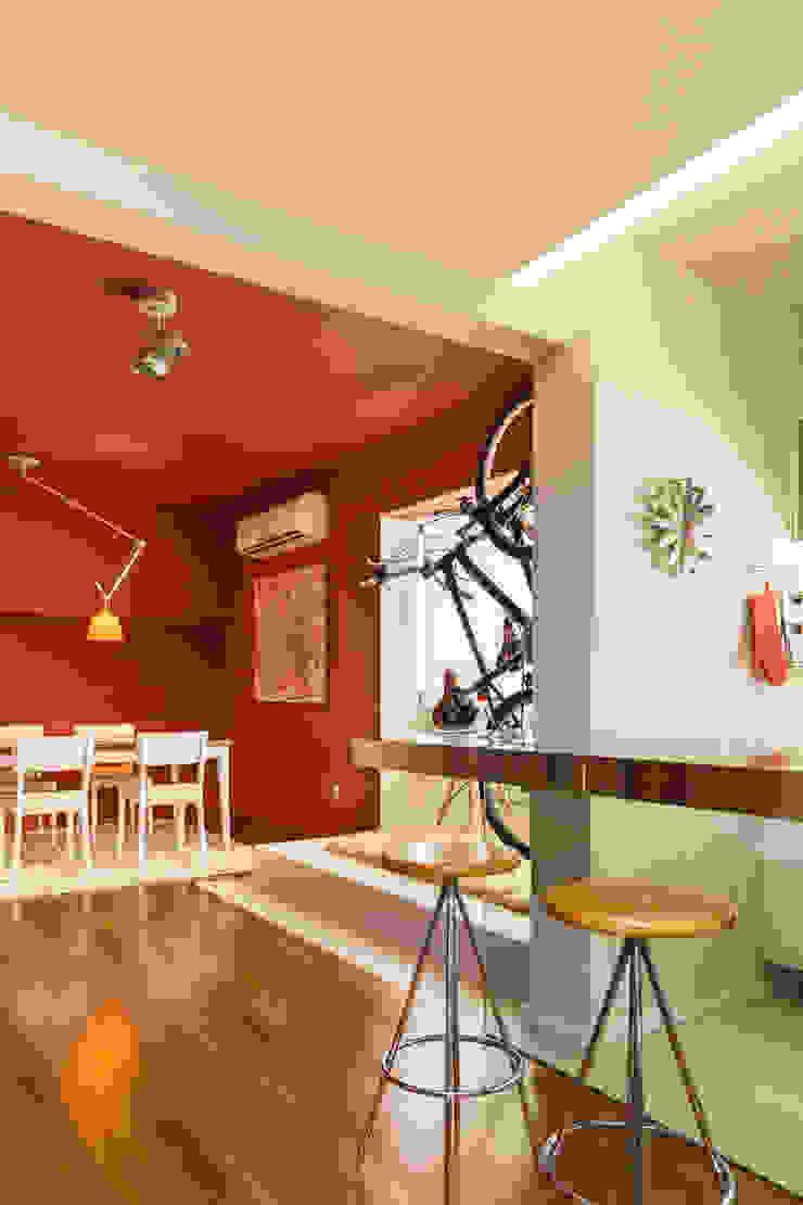 Apartamento Vermelho Cozinhas modernas por Johnny Thomsen Arquitetura e Design Moderno