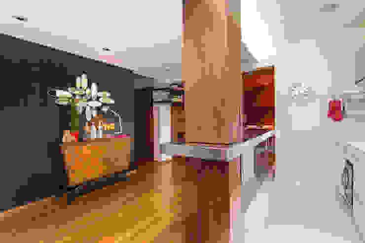 Apartamento Vermelho Corredores, halls e escadas modernos por Johnny Thomsen Arquitetura e Design Moderno