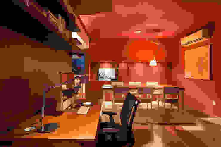 Apartamento Vermelho Escritórios modernos por Johnny Thomsen Arquitetura e Design Moderno