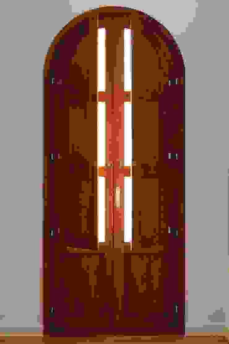 Rehabilitación casa en el centro histórico de Betera sanahuja&partners Puertas y ventanas de estilo moderno Madera Acabado en madera