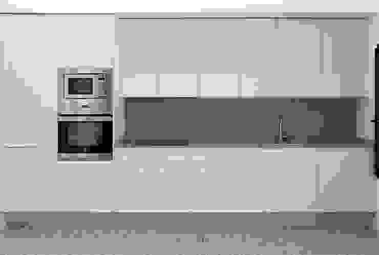Rehabilitación casa en el centro histórico de Betera sanahuja&partners Cocinas de estilo moderno Aglomerado Blanco