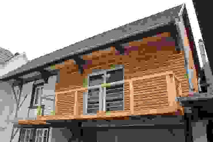 Modern balcony, veranda & terrace by Agence ADI-HOME Modern Wood Wood effect