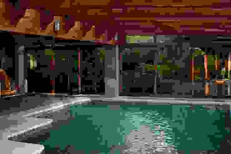Tropical style garden by RUTH GUNDÍN VILLAR Tropical