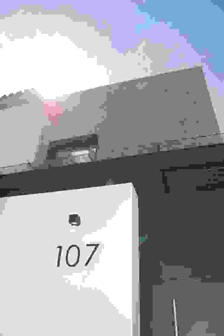 Acceso principal Casas minimalistas de iarkitektura Minimalista Granito