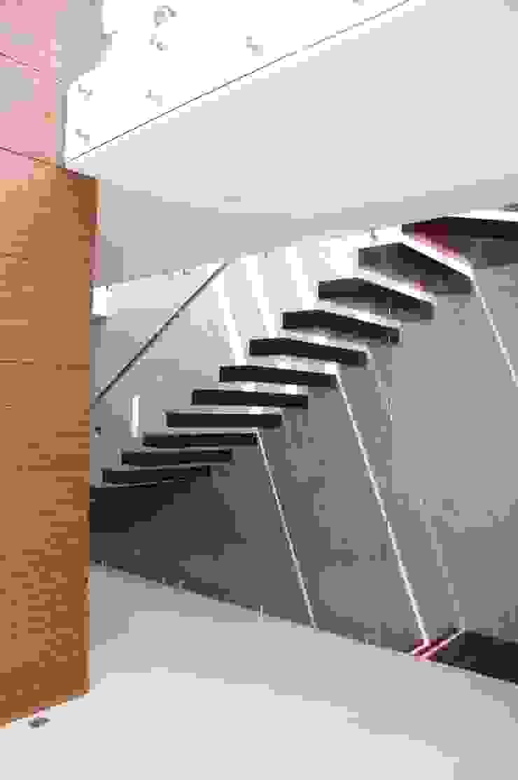 escaleras Pasillos, vestíbulos y escaleras minimalistas de iarkitektura Minimalista Madera Acabado en madera